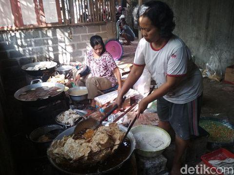 Ibu-ibu sedang menggoreng keripik tempe/