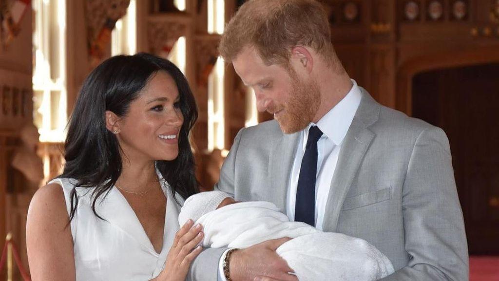 Arti Bahasa Tubuh Meghan-Harry Saat Mengenalkan Bayi Archie ke Dunia