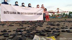 Aktivis Lingkungan Bebersih Batu Bara Telantar di Pantai Cipatuguran