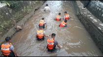 Detik-detik Pencarian Bocah yang Tenggelam di Gorong-gorong