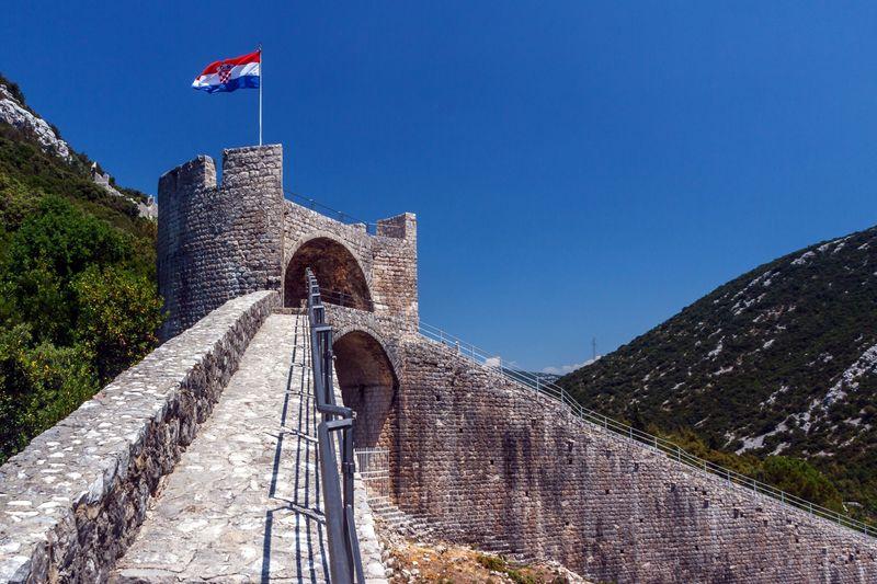 The Walls of Ston, begitulah nama destinasi ini. Tembok besar ini berada di Kota Ston, sekitar 1 jam perjalanan dari Dubrovnik, Kroasia. (iStock)