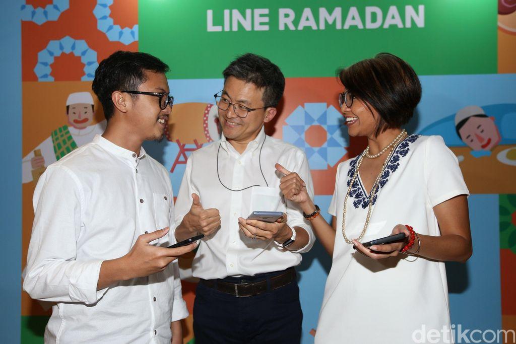 Managing Director Line Indonesia Dale Kim (tengah) berbincang dengan Marketing Lead Ina Nurulita (kanan) dan Product Manager Fauzan Helmi di sela-sela sosialisasi program Ramadan Line yaitu Saatnya Jurus Lebih Teladan #SaatnyaJulit, di Jakarta, Jumat (10/5/2019).
