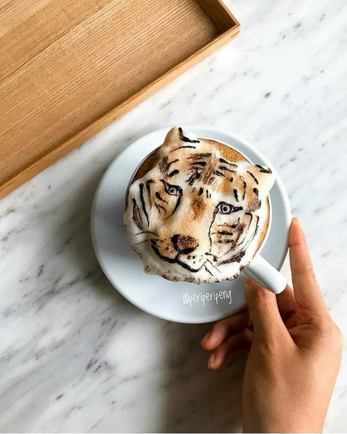 Tan adalah seorang barista sekaligus pencinta kopi. Di usianya yang baru menginjak 19 tahun, ia sudah jago meracik berbagai varian kopi. Termasuk membuat latte art tema hewan buas. Foto: instagram periperipeng