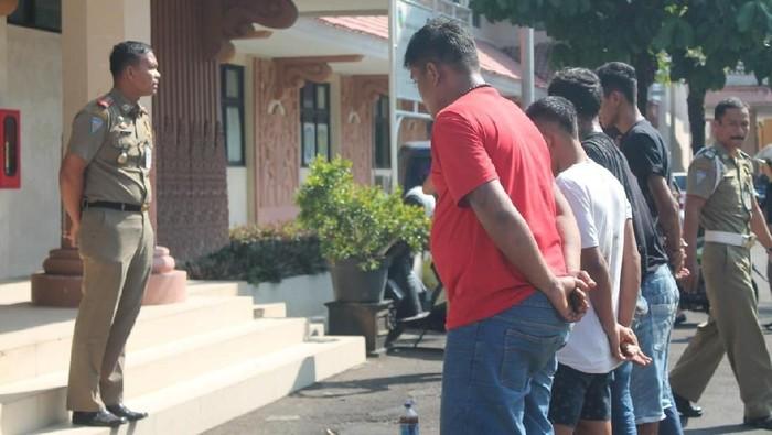 Satpol PP Jepara mengamankan delapan orang yang tepergok pesta miras siang-siang bolong. Foto: Dok Satpol PP Jepara