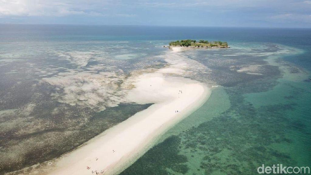 Foto Drone: Fenomena Laut Terbelah di Lombok dari Ketinggian