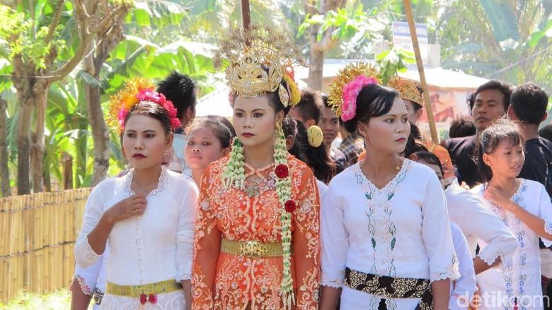 Arak-arakan pernikahan Suku Sasak Sade, Lombok Tengah  (Afif/detikcom)