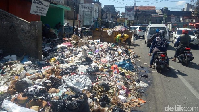 Sampah yang menumpuk di jalanan Garut. (Foto: Hakim Ghani/detikcom)