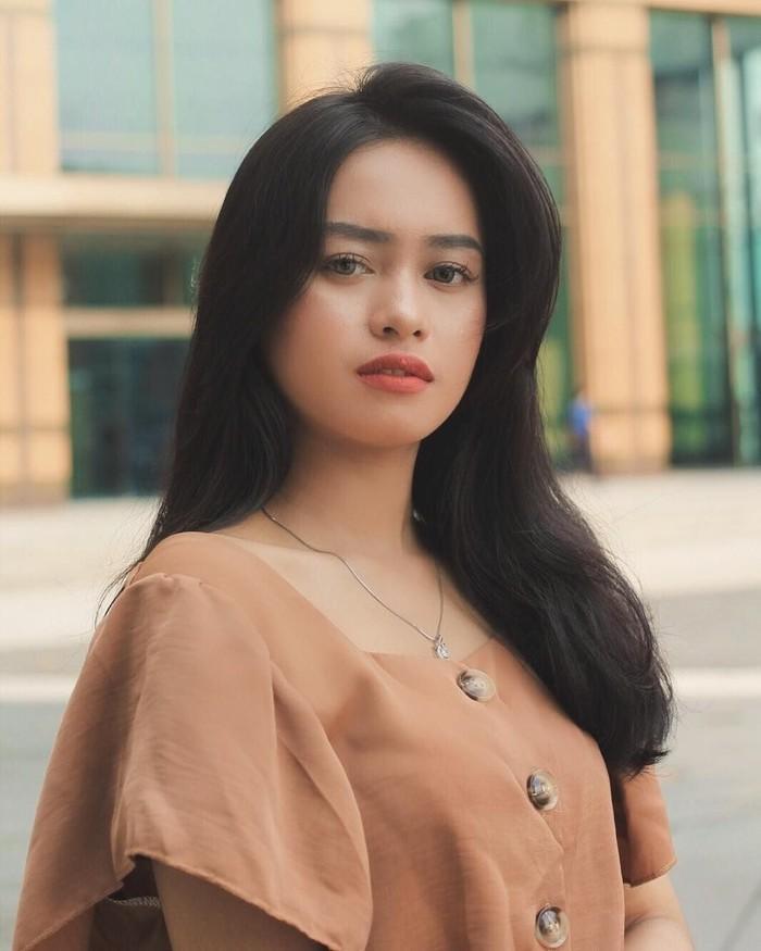 Pesona manisnya Ulfi Damayanti, putri dari Elly Sugigi memang menarik perhatian banyak netizen. Lewat akun Instagramnya, Ulfi sering membagikan momen kulinerannya yang hits. Foto: Instagram @ulfidmy
