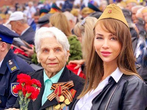 Selebgram Elena Iosifova bersam neneknya hadir di parade Hari Kemenangan Rusia