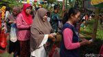 Warga Tumpah Ruah di Pasar Murah Penjaringan