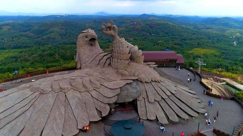 Inilah patung Jatayu Earth Centre. Patung ini disebut-sebut sebagai patung burung terbesar di dunia. Lokasinya di Kerala, India. (Kerala Tourism)