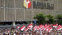 Sebagian massa aksi mengibarkan bendera Merah Putih di depan gedung Bawaslu dan menutup sebagian badan jalan.