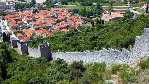 Otoritas zaman itu pun membangun kawasan Lazarettos of Dubrovnik. Isinya beberapa rumah batu dengan tembok di sekelilingnya. Tempat ini digunakan untuk menampung traveler yang datang dari daerah dengan penyakit Lepra. (iStock)