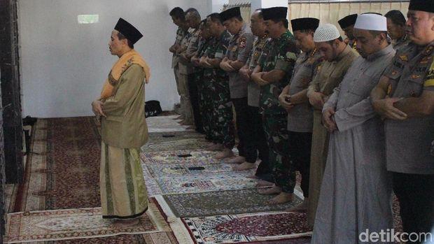 Kapolri dan Panglima TNI salah dhuhur berjamaah/
