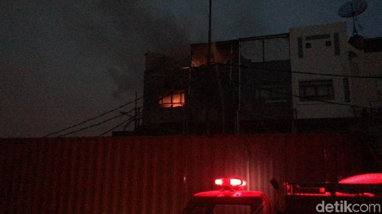 Kebakaran di Jakut, 1 Petugas Dilarikan ke RS Akibat Sesak Napas