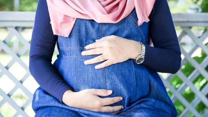Ibu hamil harus tetap menjaga pola tidur saat puasa Ramadhan. Foto: iStock