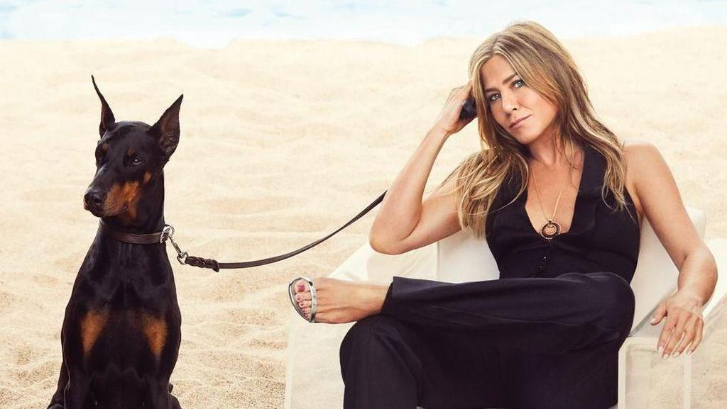 Pose Seksi di Usia 50, Jennifer Aniston Diragukan Keaslian Tubuhnya