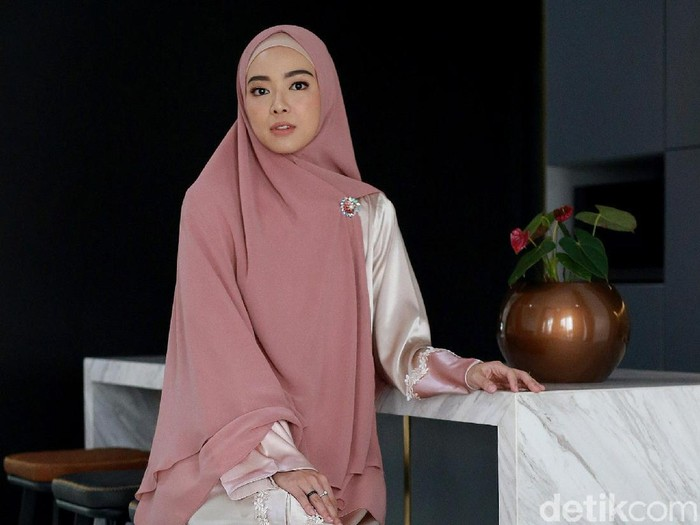 Lindswell Kwok sempat belajar hijab sembunyi-sembunyi. Foto: Ari Saputra