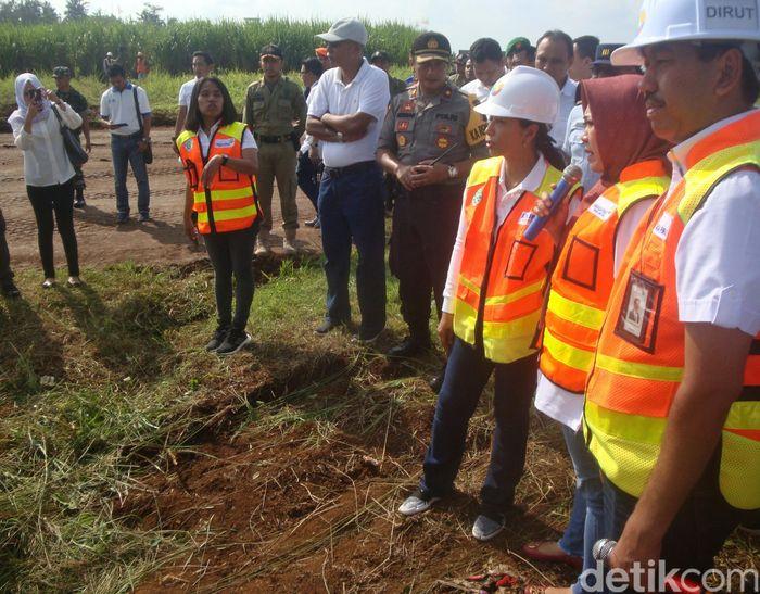Menteri Badan Usaha Milik Negara (BUMN) Rini Soemarno meninjau proyek pekerjaan cut and fill di area runway Bandara Jenderal Besar Soedirman Purbalingga, Jawa Tengah, Sabtu (11/5/2019).