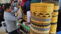 Di sekitar Masjid Al Markaz Al-Islami Maros, ada banyak pedagang songkok Recca. Songkok khas ini selalu laris dan bisa dibilang tidak pernah kehilangan pembeli (Moehammad Bakrie/detikcom)