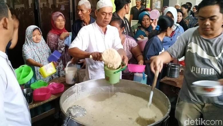 Bubur samin, takjil khas Palembang di Masjid Darussalam, Serengan, Solo (Bayu/detikcom)