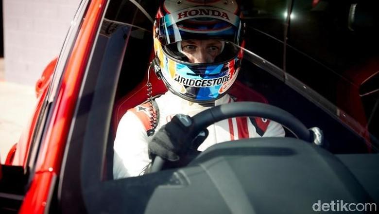 Jenson Button di balik kemudi Honda Civic Type R Foto: Honda