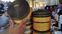 Songkok ini aslinya berasal dari Kabupaten Bone, Sulawesi Selatan. Songkok ini terbuat dari serat pelepah daun lontar yang dipukul-pukul, atau dalam bahasa Bugisnya direcca-recca (Moehammad Bakrie/detikcom)