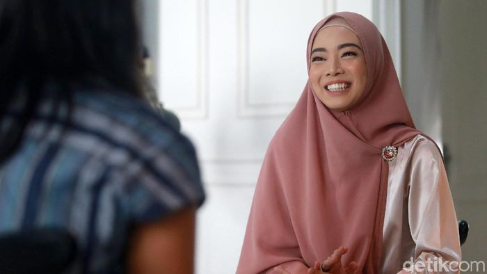 Lindswell Kwok belajar huruf hijaiyah dengan Iqra. (Ari Saputra/detikSport)