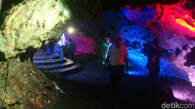 Suasana di dalam gua