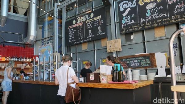 Wisatawan dapat menikmati begitu banyak jenis bir di sana, buatan rumahan dengan berbagai makanan pendamping lainnya (Masaul/detikcom)