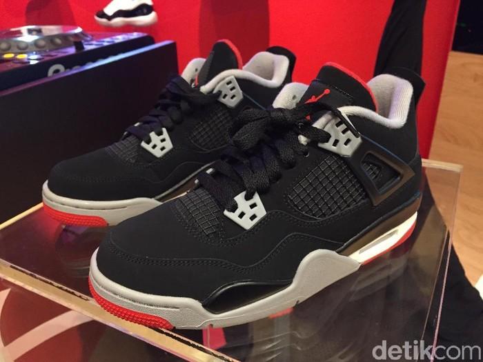 Sneakers Nike Air Jordan 4 OG Bred hadir di Indonesia. Foto: Daniel Ngantung/Wolipop
