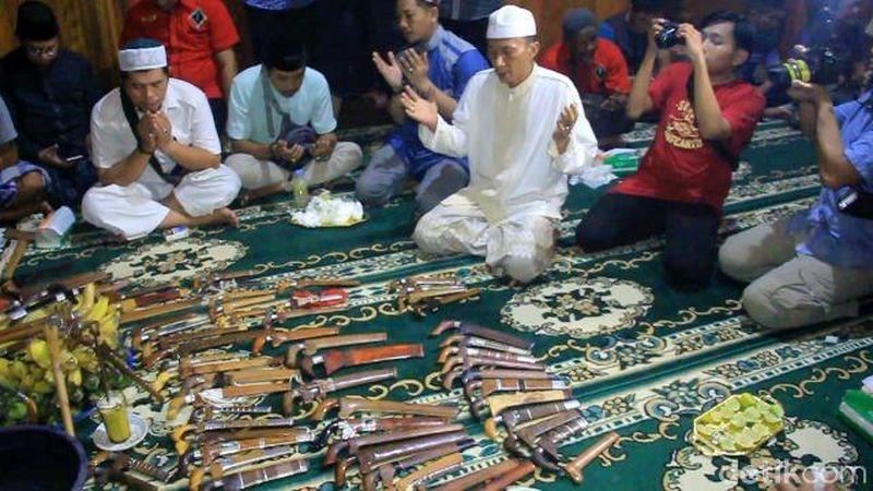 Inilah ritual pembersihan atau yang disebut dengan Mattompang. Digelar oleh komunitas Badik Celebes Maros di malam ketujuh Ramadhan (Mohammad Bakrie/detikcom)