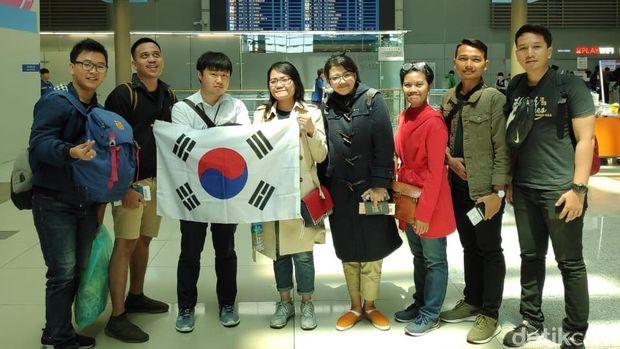 Nam (ketiga dari kiri) bersama rombongan d'Traveler Goes to Korea