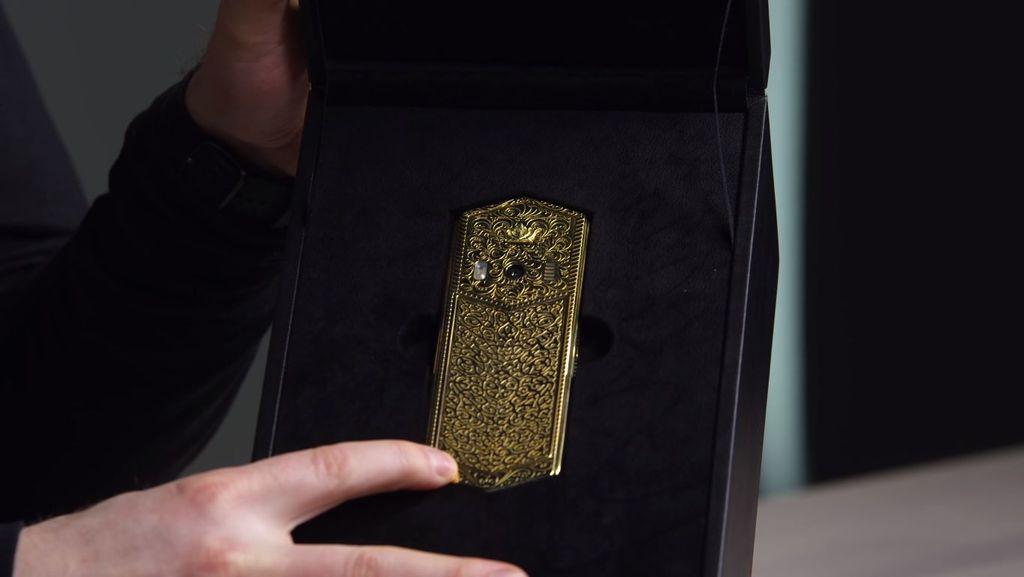 Perusahaan bernama Caviarbaru saja merilis lini ponsel mewah terbarunya bernama Tsarphone. Foto: Screenshot YouTube/UnboxTherapy