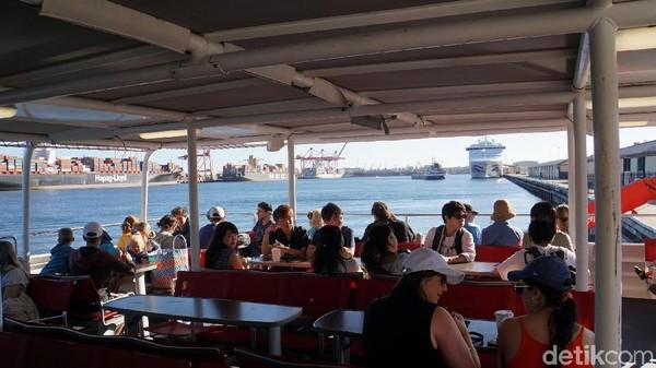 Suasana di geladak kapal. Turis bisa menikmati pemandangan indah sepanjang perjalanan. (Masaul/detikcom)