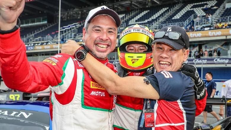 David Tjipto kiri dan Rio Haryanto (tengah) serta Team Principal T2 Motorsports Irmawan Poedjoadi Foto: Dok. T2 Motorsports