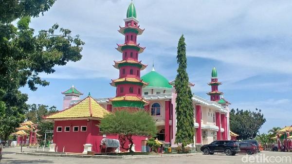 Menurut cerita sejarah, masjid Cheng Ho didirikan atas inisiatif prakarsa sesepuh, penasehat, tokoh muslim dan Pengurus Persatuan Islam Tionghoa Indonesia di Bumi Sriwijaya. Masjid diresmikan tahun 2006 lalu (Raja Adil Siregar/detikcom)