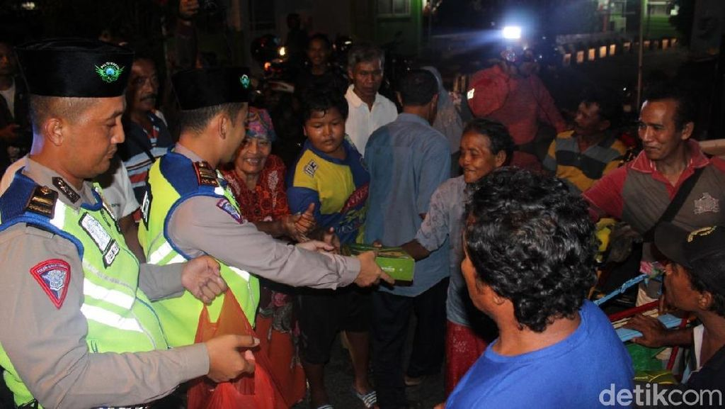 Polisi Gresik Gelar Patroli Malam Sambil Bagi-bagi Makanan Sahur
