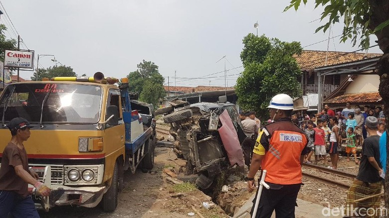 Kereta Tujuan Rangkasbitung Tabrak Mobil, 1 Korban Dibawa ke RS