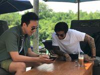Daniel menunjukkan layanan GrabFood ke Marshall Sastra saat berlibur di Bali