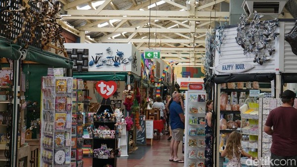 Wisatawan juga bisa belanja suvenir di sini. Suasana E Shed Markets seperti pasar dengan bar dan kafe di sisi luar dan pujasera di ujungnya (Masaul/detikcom)