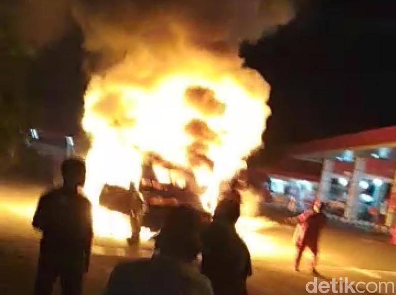 Mobil Toyota Kijang Ludes Terbakar Usai Isi BBM, Sopir Selamat