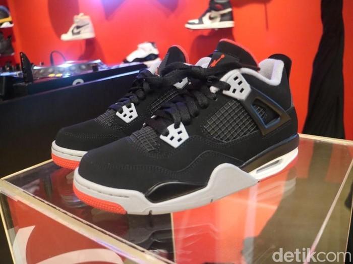 Sneakers Nike Air Jordan 4 OG Bred Hadir di Indonesia.