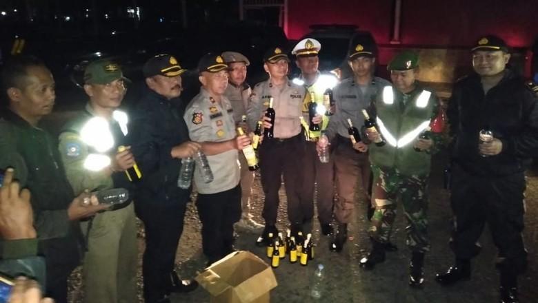 Petugas Gerebek Lapak Miras di Garut yang Jualan Saat Ramadhan