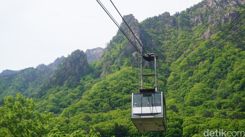 Gunung Seorak yang juga merupakan kawasan taman nasional, berada di Kota Sokcho (sekitar 2 jam dari Seoul naik mobil). Di sinilah terdapat cable car alias kereta gantung yang terkenal (Afif Farhan/detikTravel)