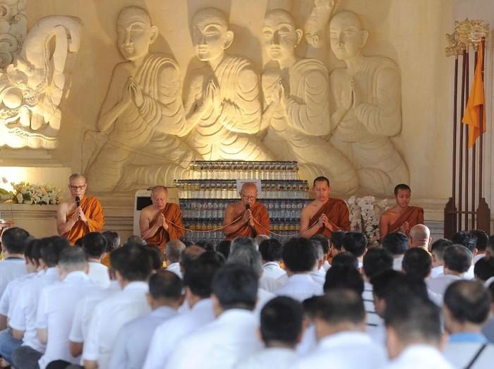 Umat Buddha memberikan persembahan berupa jubah kepada Bhikkhu saat upacara Pattidana di Vihara Buddha Sakyamuni, Denpasar, Bali, Minggu (12/5/2019). Upacara Pattidana atau pelimpahan jasa tersebut dilakukan untuk mendoakan arwah leluhur agar mendapatkan kebaikan dan kedamaian di alamnya yang merupakan salah satu ritual untuk menyambut Hari Raya Waisak. ANTARA FOTO/Fikri Yusuf/foc.