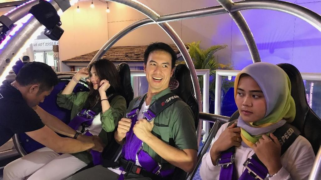 Daniel Mananta Uji Keberanian Naik Reverse Bungy di #JalanBarengGrab
