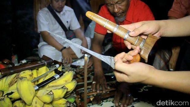 Melihat Ritual Pencucian Pusaka Malam 17 Ramadan di Maros