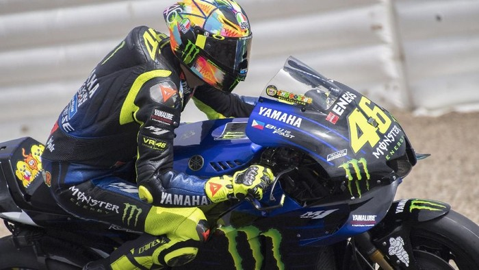 CADIZ, SPAIN - MAY 06: Valentino Rossi of Italy and Yamaha Factory Racing  rounds the bend during the MotoGp Tests In Jerez in Jerez Circuit on May 06, 2019 in Cadiz, Spain. (Photo by Mirco Lazzari gp/Getty Images)