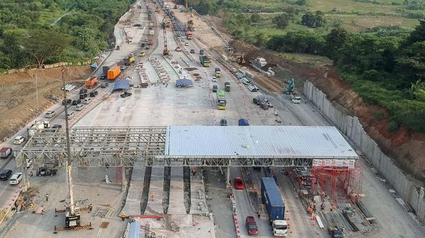 proyek pembangunan gerbang tol pengganti gerbang tol Cikarang Utama di kawasan ruas jalan tol Cipularang KM 67 dan tol Cipali KM 70, Purwakarta, Jawa Barat, Sabtu (11/5).